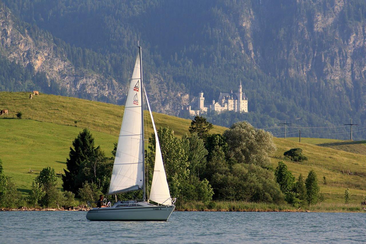 Die Lage csm Schloss Neuschwanstein  Forggensee und Segelboot a293d3f0d4